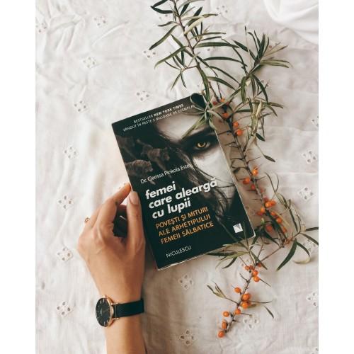 """Cartea """"Femei care aleargă cu lupii"""""""